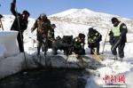 日喀则市聂拉木县公安民警疏通河道积雪 聂拉木县公安局供图 摄 - 中国西藏网