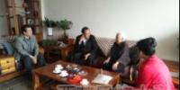 学校领导慰问定居拉萨的职工家属 - 西藏民族学院