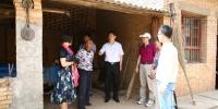 邹亚军副校长带领学校援藏干部到张咀村看望慰问贫困户和驻村工作队 - 西藏民族学院
