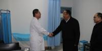 欧珠书记深入医学部临床医学院(附属医院)慰问除夕夜值班医护人员 - 西藏民族学院
